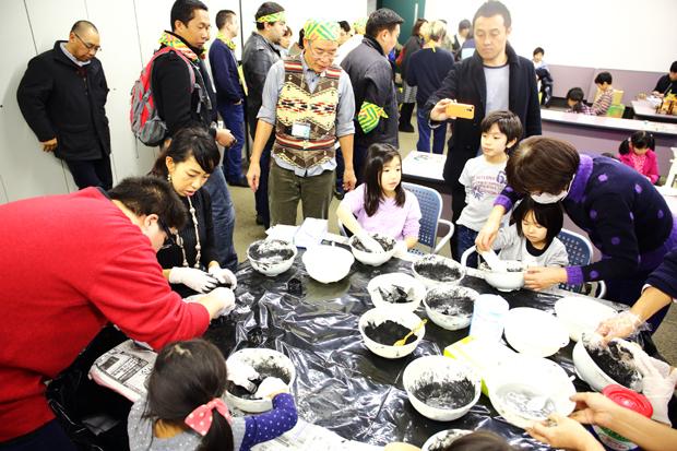 日本災害救援ボランティアネットワーク_佐用町の竹炭を使った石けんづくり体験_イザ!美かえる大キャラバン! (1)