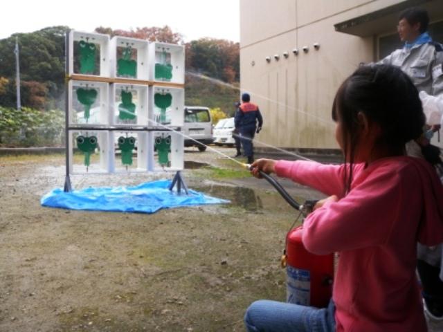 IKC西区平野小学校_水消火器的当てゲーム01